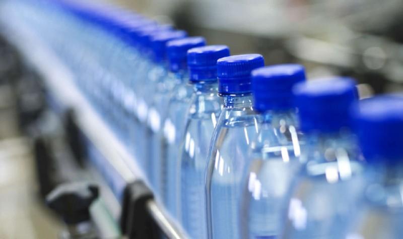Firmele care îmbuteliază apa anunță scumpiri de 10% pentru apa de izvor și de masă