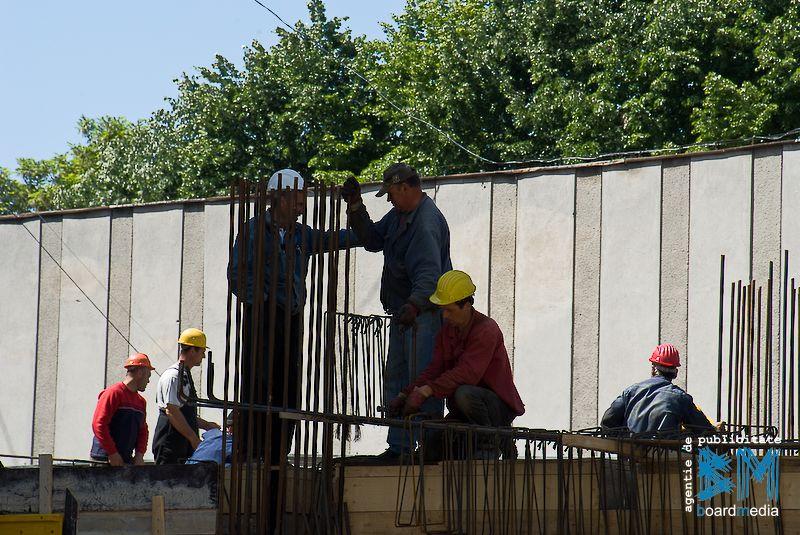 Firmele de constructii trimit acasa sute de muncitori