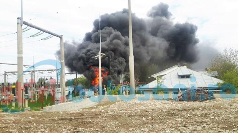 Flăcări uriașe în municipiul Botoșani! Incendii în lanț la transformatoarele electrice, o mașină a luat foc! FOTO