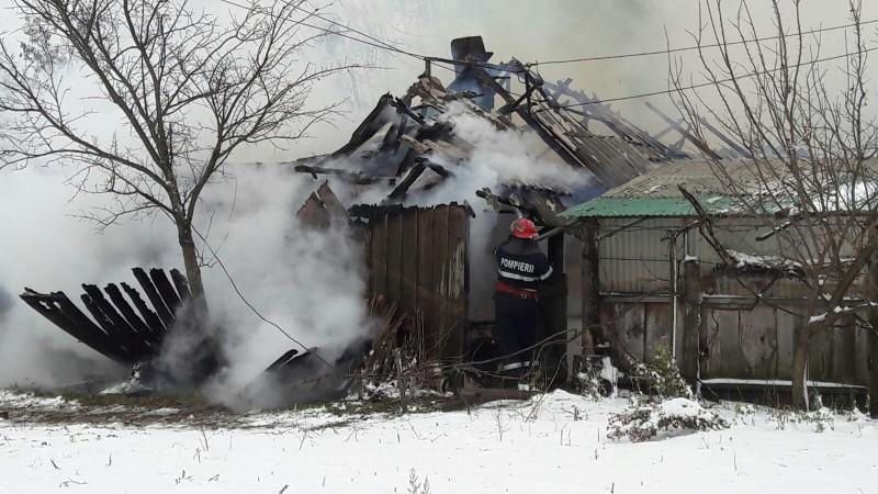 Flăcări într-o gospodărie din localitatea Smârdan! O femeie a ajuns la spital! FOTO