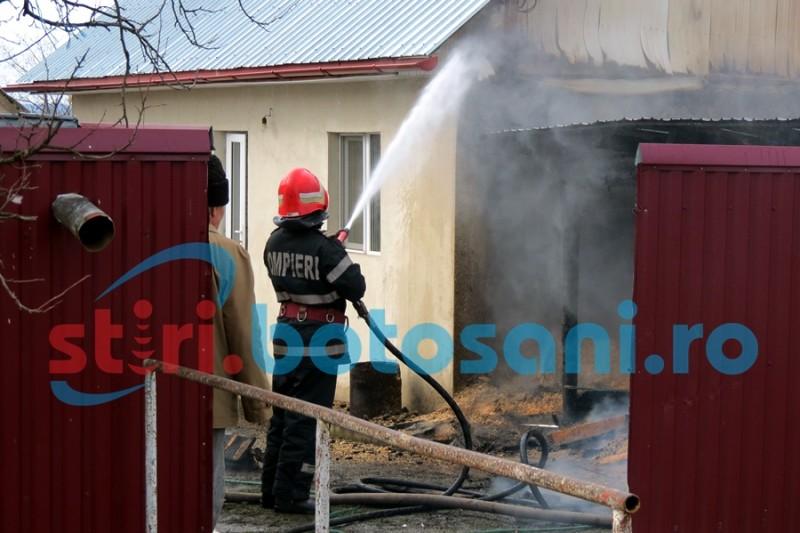 Flacari intr-o gospodarie din Rosiori! Pompierii s-au luptat cu focul si cu vantul puternic! FOTO