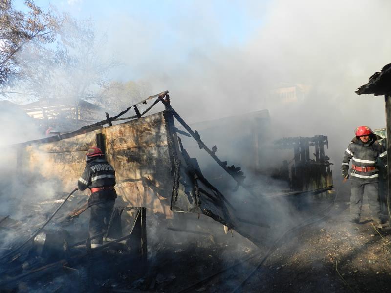 Flăcări într-un garaj cu două mașini și 400 de litri de motorină!