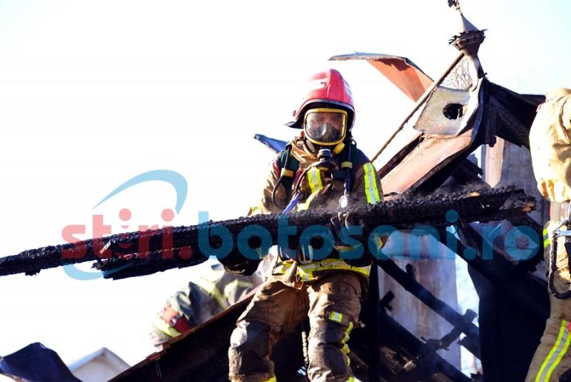 Flăcări la acoperișul unei case din municipiul Botoșani! Accesul îngust a dat bătăi de cap pompierilor! GALERIE FOTO