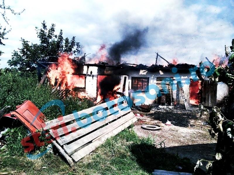 Flacari URIASE la Suharau! Doua cladiri au ars, iar pompierii lupta sa stinga 30 de tone de furaje! FOTO, VIDEO