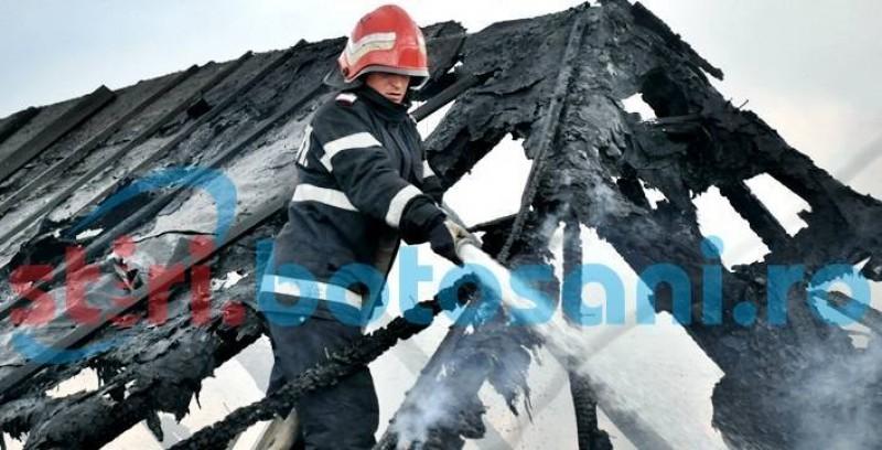 La un pas de tragedie după ce tavanul casei i-a luat foc!