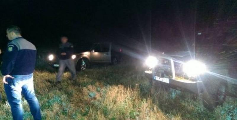 Focuri de armă pentru prinderea unor contrabandiști la Rădăuți-Prut, în miez de noapte. Suspecții au demarat cu mașina direct în copac