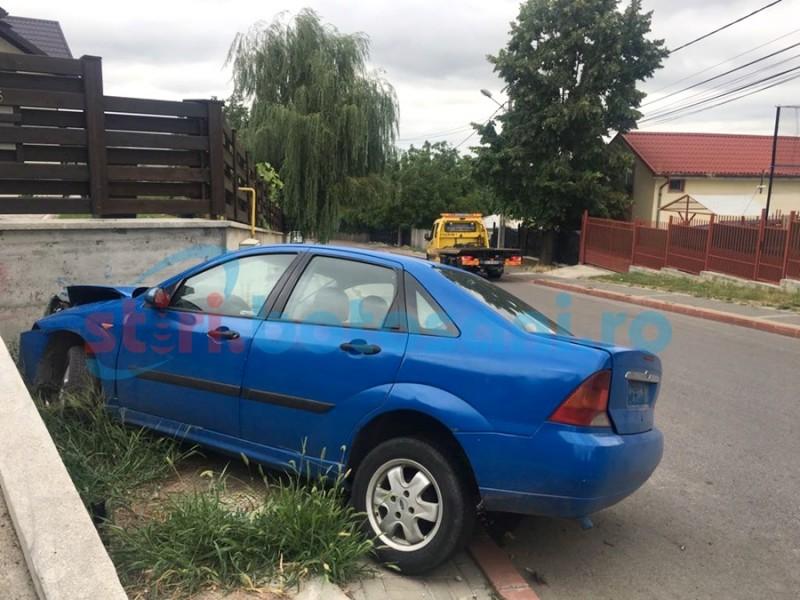 Ford înfipt într-un gard din beton, accident cu autor necunoscut! FOTO