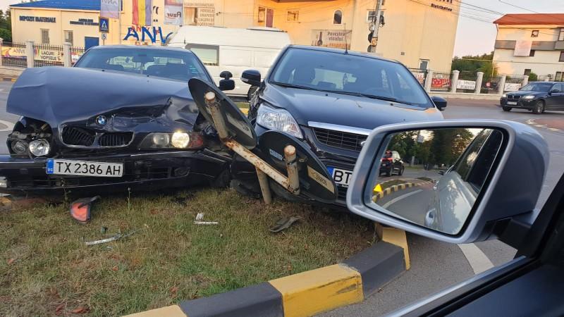 FOTO: Accident într-un sens giratoriu din oraș