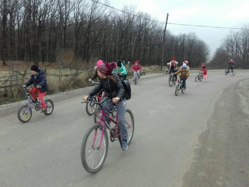 """FOTO: Elevii unei școli din județ au pornit la drum, pe biclete, cu un mesaj pentru """"cei mari"""""""