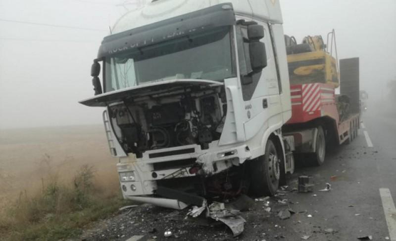 FOTO: Impact frontal al unei mașini cu un vehicul de tonaj. Un șofer a rămas prins între fiare