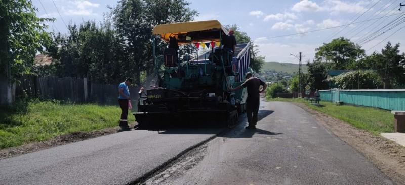 """FOTO: Mai multe drumuri din județ sunt reabilitate. """"Sunt lucrări calitative, care vor asigura cetățenilor condiții sigure de trafic"""""""
