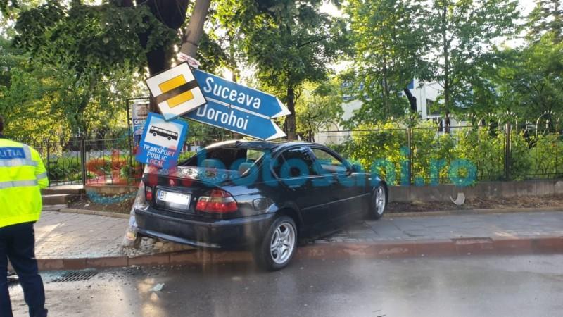 """FOTO: Mașină distrusă și stâlp doborât, în fața """"Laurianului"""""""