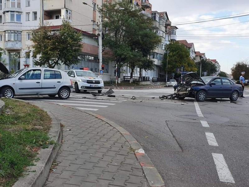 FOTO: Mașini făcute praf în intersecția de la Rompetrol. O persoană a fost rănită