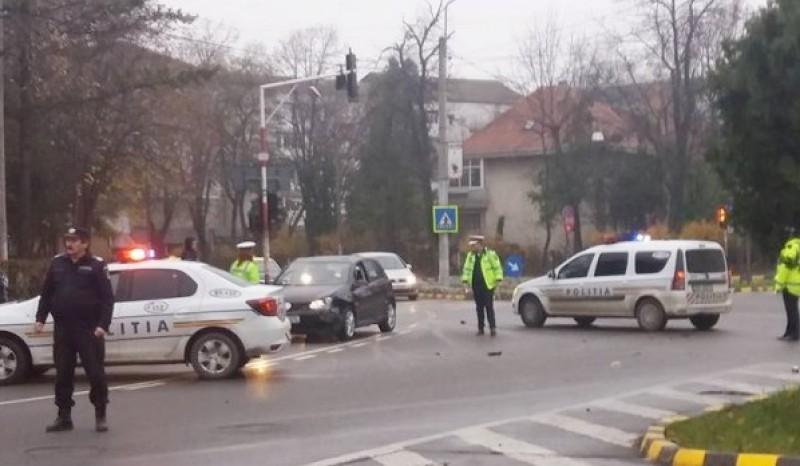 O maşină a poliţiei a fost implicată într-un accident, pe o stradă din Botoșani! FOTO