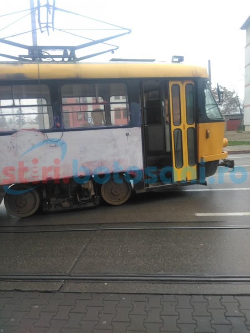 FOTO Panică printre călători. Tramvai deraiat de pe şine!