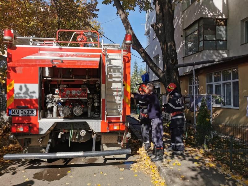 FOTO: Părinți și copil autoevacuați dintr-un apartament care a luat foc, în municipiul Botoșani