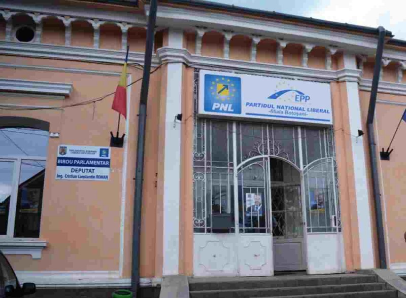 FOTO: Sediul organizației municipale a PNL, vandalizat. Poliția a demarat o anchetă pentru identificarea făptașilor