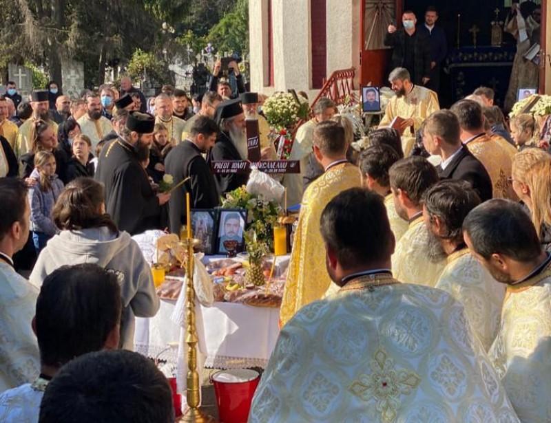 (Foto) Sute de credincioși l-au condus pe ultimul drum pe preotul Ionuț Miorcăneanu. ÎPS Teofan și peste 60 de preoți prezenți la ceremonie