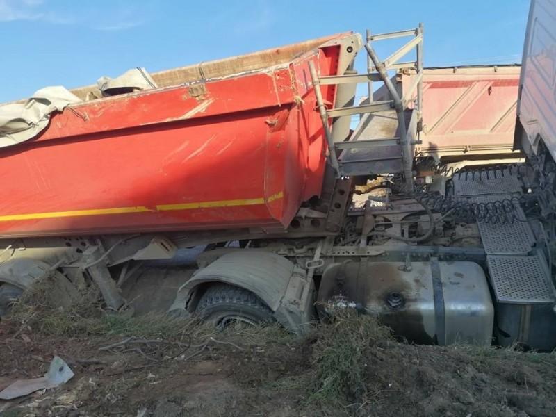 FOTO: Un bărbat din județ a fost la un pas de moarte, după ce s-a răsturnat cu camionul