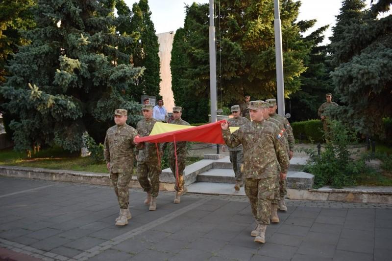 FOTO, VIDEO - Ceremonialul militar de coborâre de pe catarg a drapelului naţional!