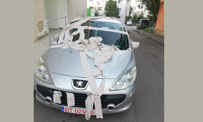 Fotografia zilei: Botoșănenii au doar hârtie igienică pentru cei care parchează aiurea