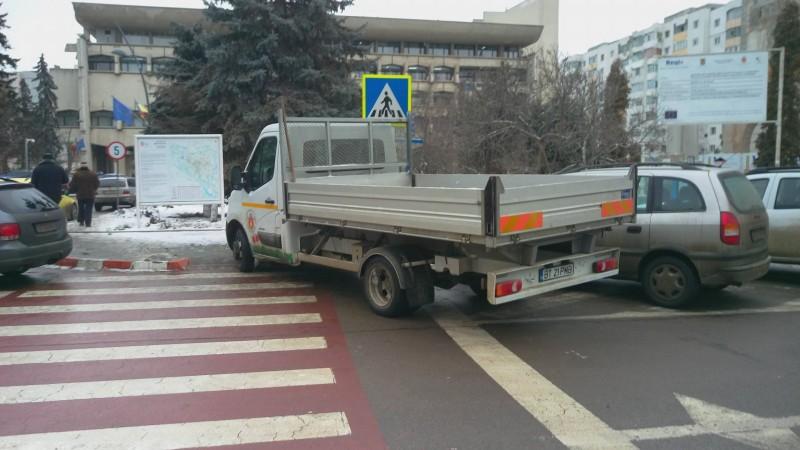 FOTOGRAFIA ZILEI: Cum parchează mașina Primăriei Botoșani în centrul orașului!