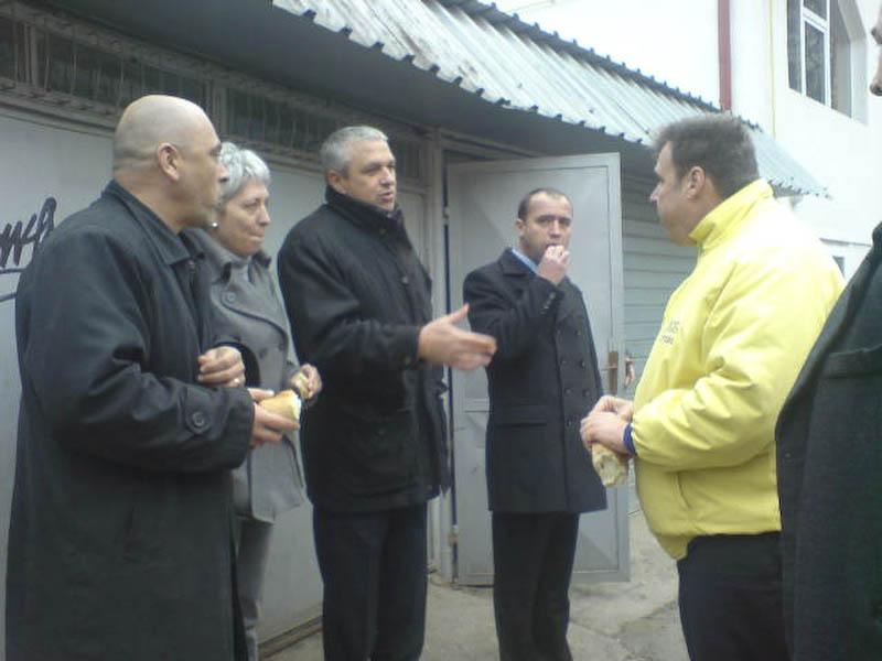 FOTOGRAFIA ZILEI - Macar in campanie, politicienii botosaneni mananca o paine buna!