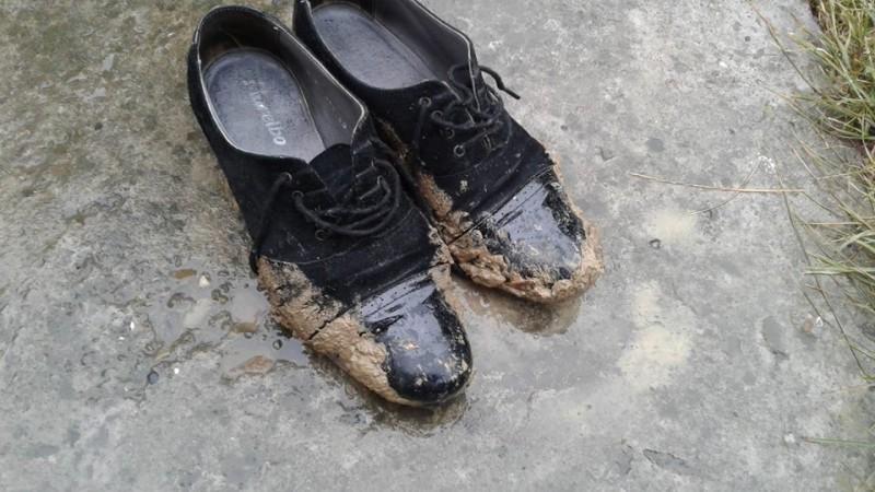 FOTOGRAFIA ZILEI: Pantofi de învăţătoare care locuieşte în ORAŞUL Botoşani!