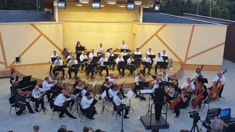 FOTO&VIDEO: Peste 400 de oameni au venit la Cornișa, în premieră, pentru muzica Filarmonicii