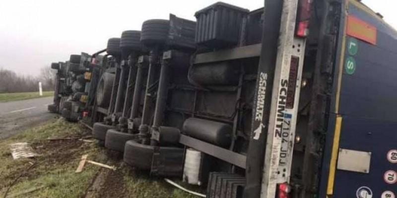 Franța. Un șofer ROMÂN rupt de BEAT s-a răsturnat cu TIR-ul!