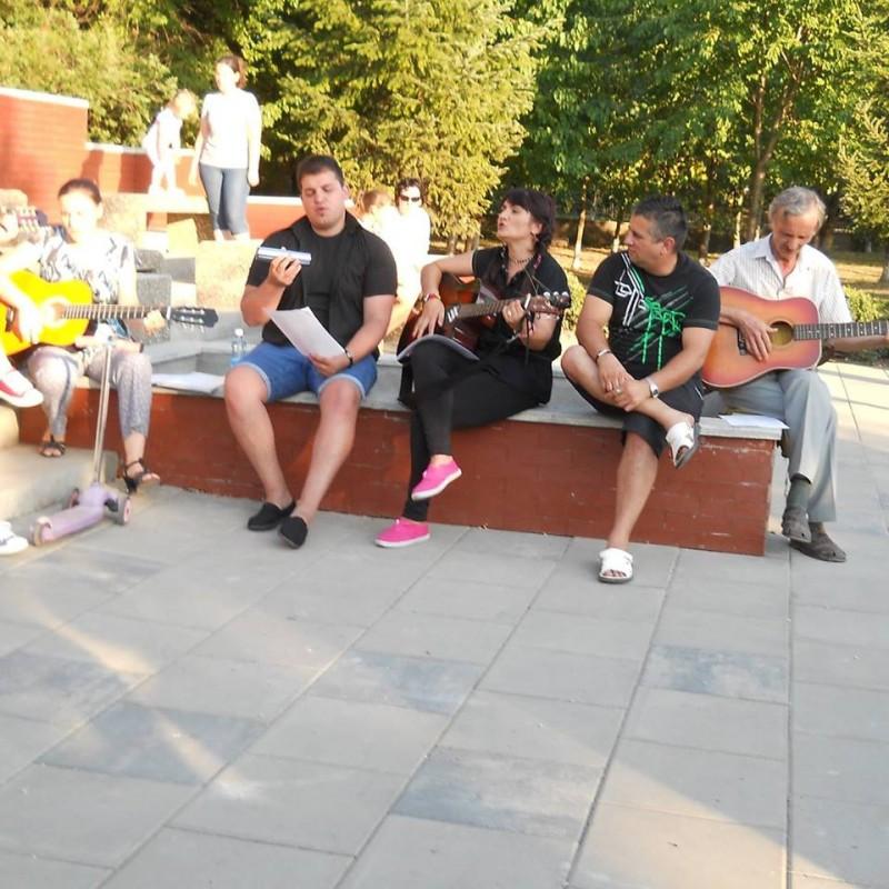 Frumoşii nebuni ai micilor oraşe: O seară de folk în Parcul Cholet, din Dorohoi
