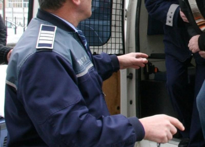 Arest pentru doi dintre tinerii acuzaţi de furt din sedii de firme!