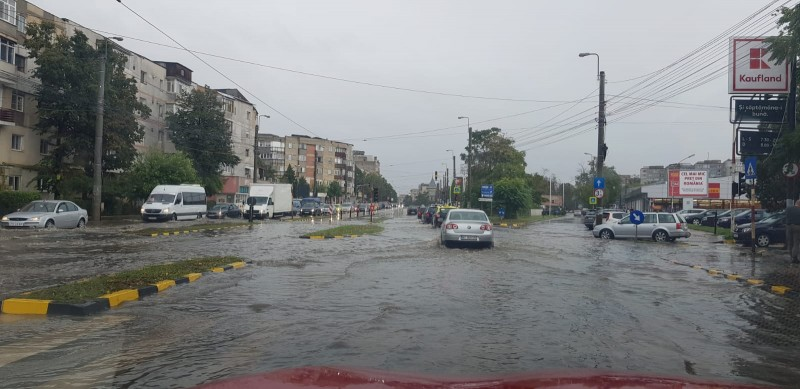 Furtuna a scos pompierii în stradă, circulație îngreunată (video)