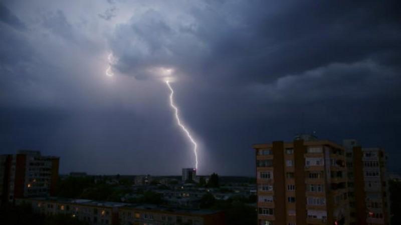 Furtuni cu fulgere și ploi masive în prima jumătate a săptămânii!