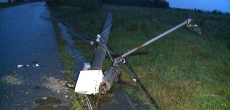 Furtunile de ieri au avariat sistemul de distribuţie al energiei electrice din Moldova. Stâlpi puși la pământ în județul Botoșani!