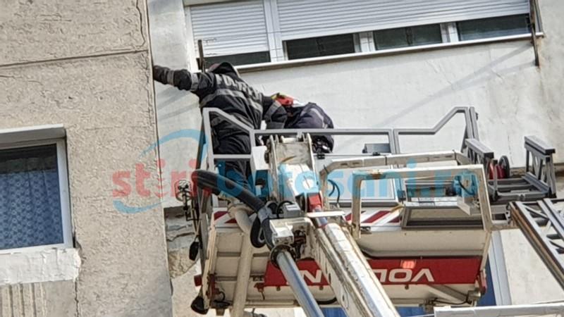 Galerie foto: Pericolul din stradă - blocurile vechi. Pompierii au intervenit în zona IRE