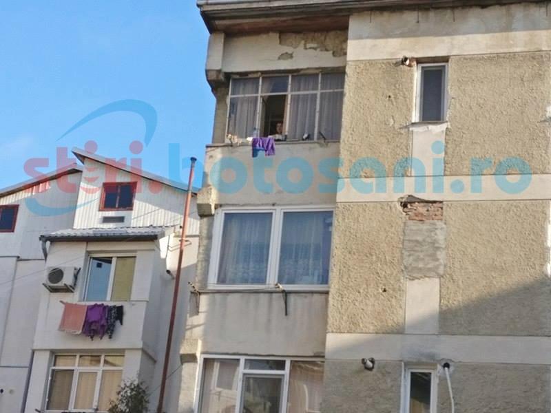 Terorizaţi de o femeie care de câteva zile aruncă lucruri pe geam! FOTO