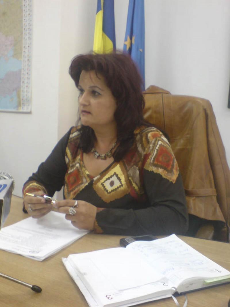 Geanina Pintilii arata cartonasul galben catre Consiliul Judetean!