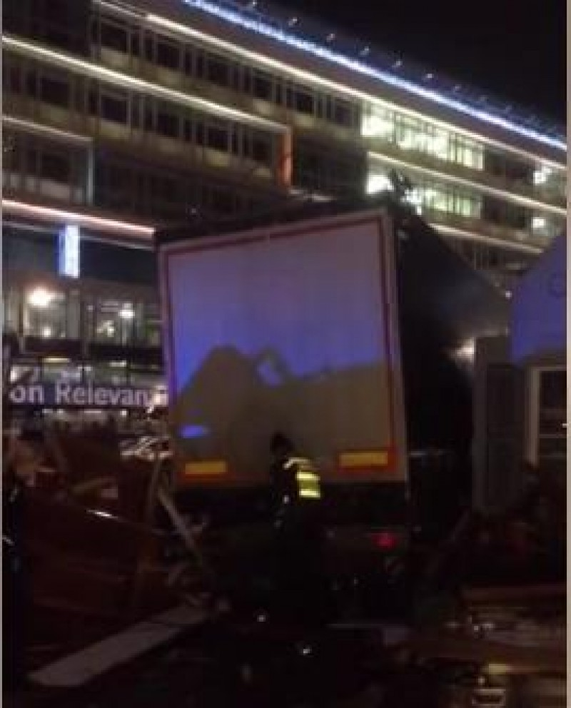 Germania: Un camion a intrat in multime la un targ de Craciun din Berlin - Cel putin 12 morti si 50 de raniti!