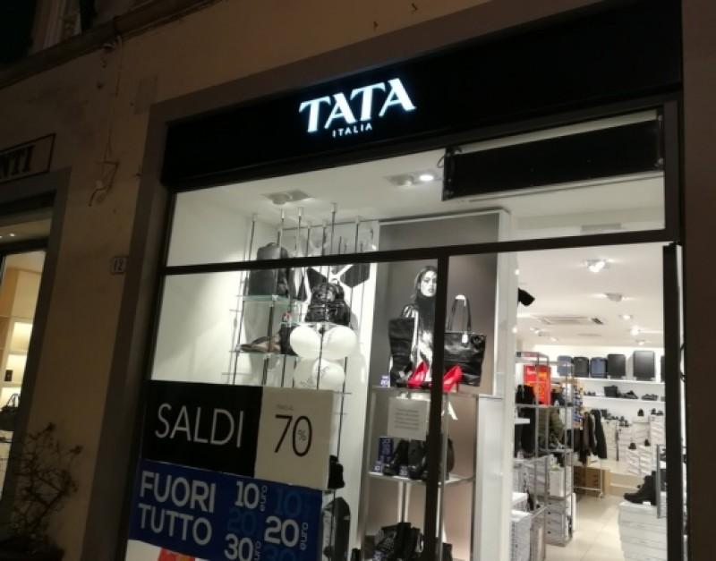 Gestul impresionant pe care îl face o vânzătoare din Italia, pentru îngrijitoarea româncă prădată de o hoață chiar în magazin!