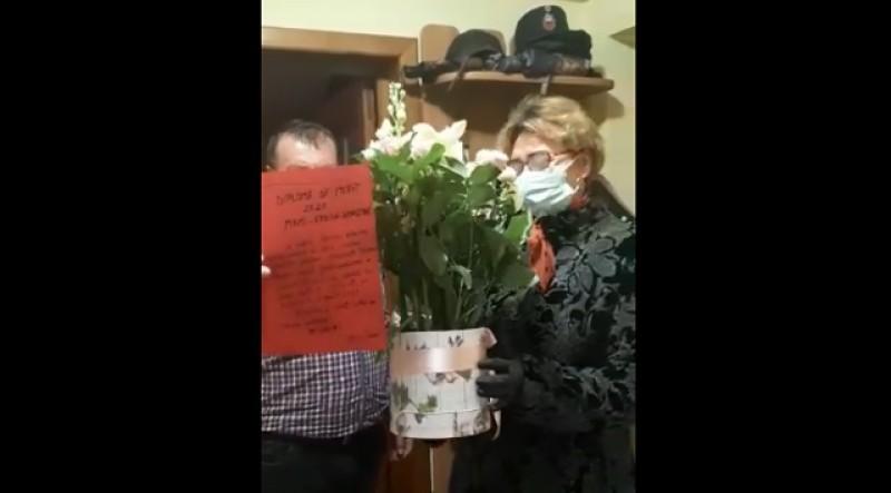 """Gesturi. Asistentă din Botoșani, întâmpinată de familie cu """"Hristos a înviat!"""" și """"Diplomă de mamă eroină"""" după ce s-a întors de pe """"frontul Covid - 19"""" (Video)"""