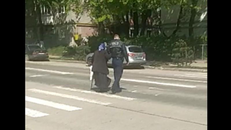 Gesturi. Un polițist a oprit traficul pe strada Pacea ca să ajute o bătrână să traverseze - Video