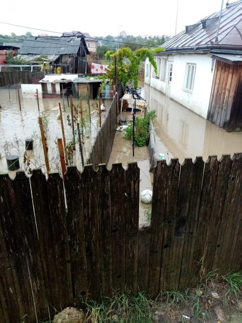 Gospodării inundate la periferia orașului