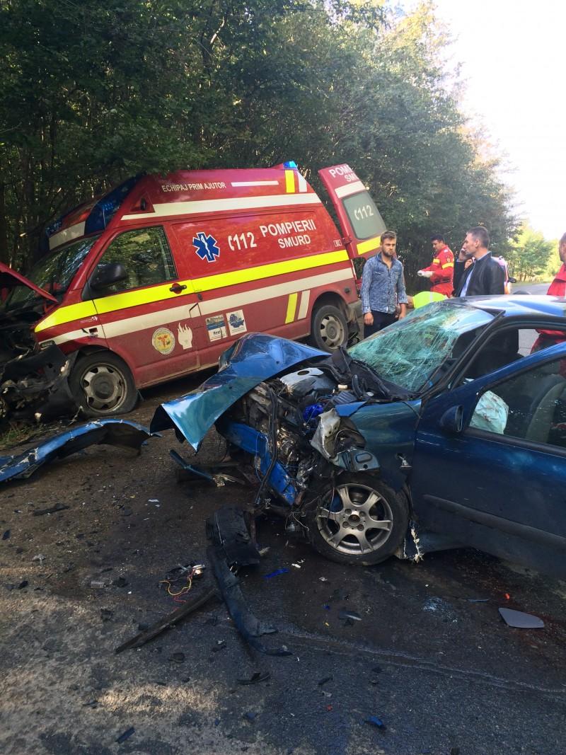 GRAV accident de circulaţie, cu 8 răniţi: Un şofer s-a izbit în plin într-o ambulanţă SMURD! Un pompier botoșănean a acordat primul ajutor! FOTO, VIDEO