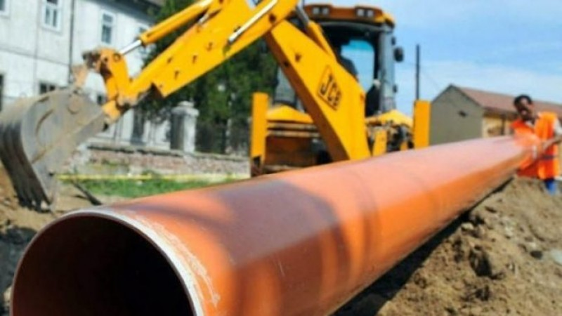 Grav accident de muncă: bărbat îngropat de viu, în timp ce lucra la o rețea de apă și canalizare