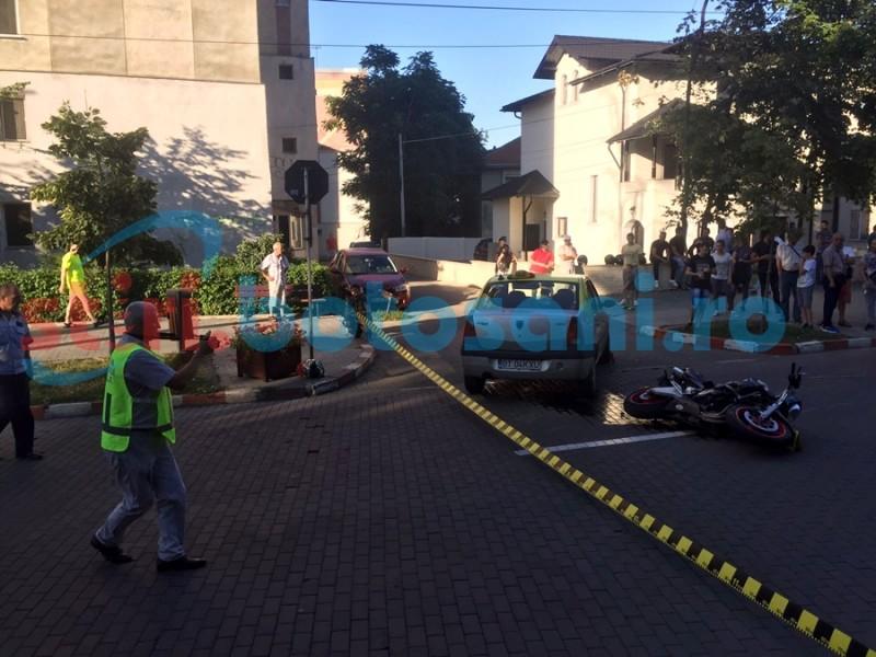 GRAV ACCIDENT în faţa Poliţiei botoşănene! Un taxi s-a izbit într-o motocicletă! FOTO