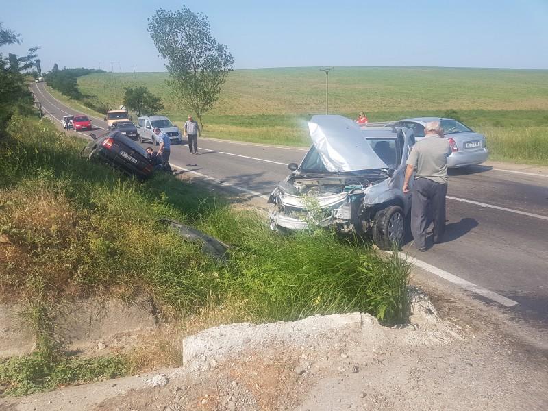 Grav accident în intersecția de la Roșiori. Două mașini distruse, o victimă încarcerată! FOTO