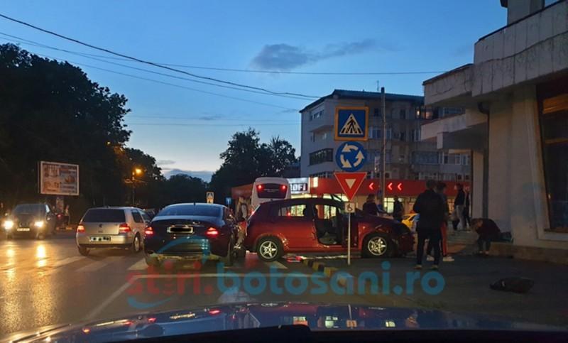 Grav accident în sensul giratoriu dintre Bulevardul George Enescu și Strada Bucovina