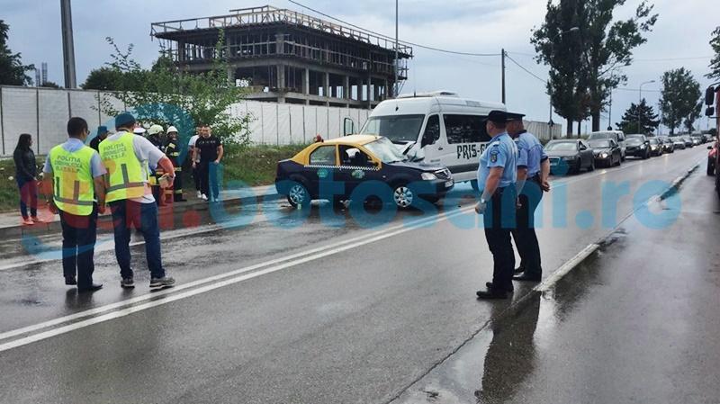 Grav accident la Alfa Land! Bărbat mort și mai multe persoane rănite, după ce un microbuz a intrat într-un taxi! FOTO