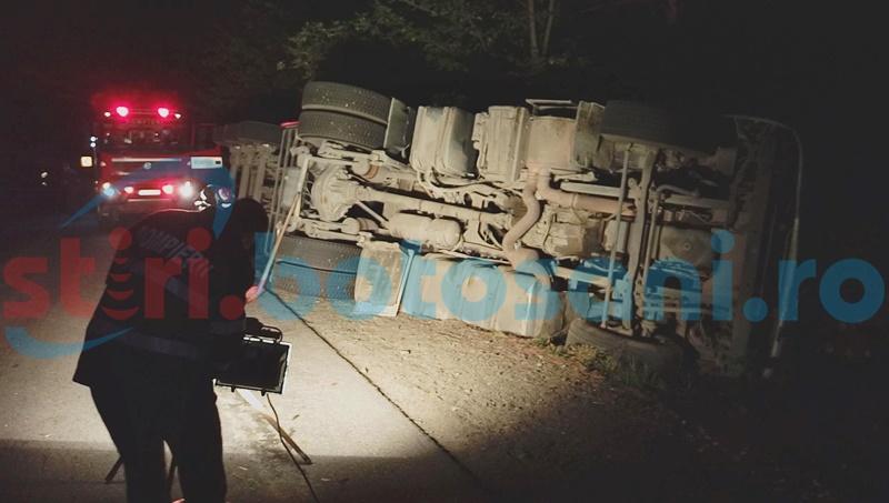 Grav accident la Copălău! Un camion s-a răsturnat după ce a pătruns pe contrasens! FOTO, VIDEO